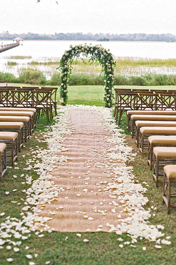 wesele w stylu rustykalnym może odbyć się na świeżym powietrzu z pięknie udekorowanym różami łukiem