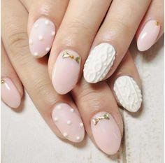 matowy ślubny manicure z fakturą warkocza  i elementami dekoracyjnymi - złote kokardki