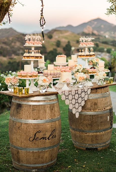 wesele w stylu rustykalnym - plenerowy stół z dwóch beczek i deski a na min poczęstunek dla gości weselnych