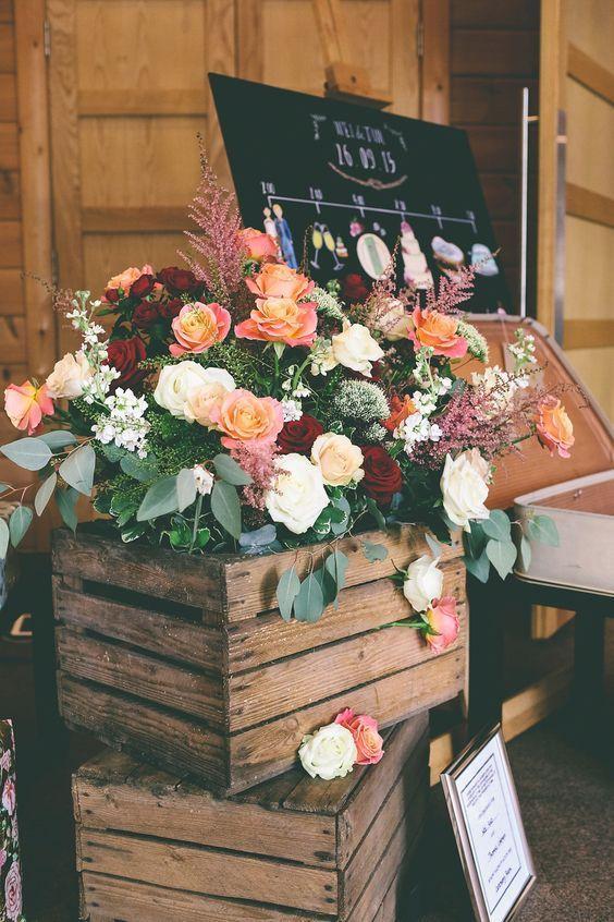 wesele w stylu rustykalnym, drewniane skrzynki z kwiatami