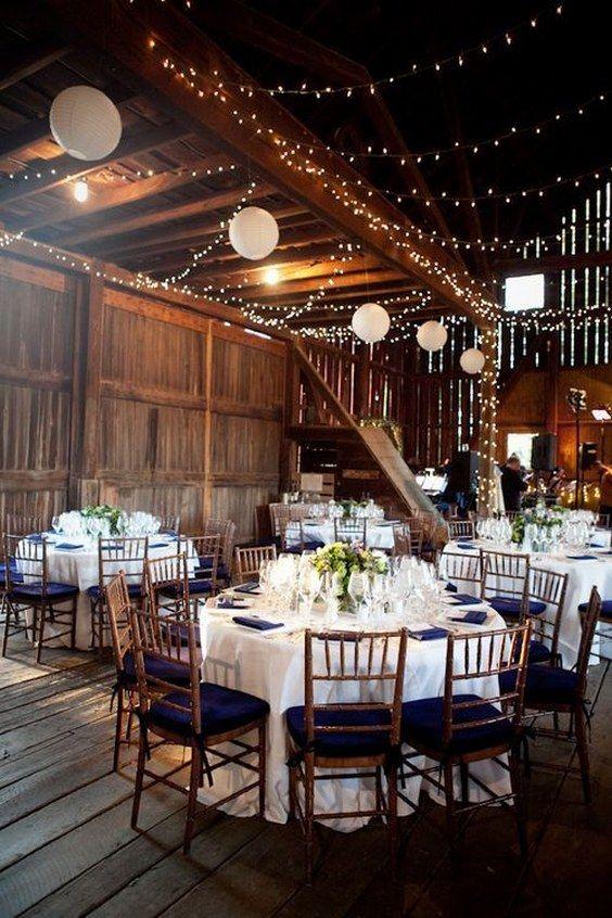 wesele w stylu rustykalnym w stodole romantycznie udekorowanej lampionami i światełkami