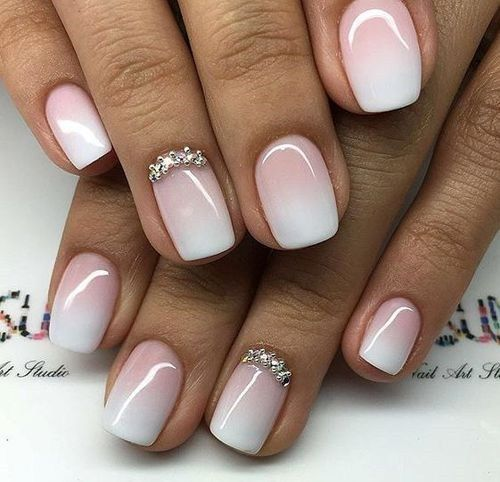 ślubny manicure ombre z delikatną dekoracją na serdecznym palcu