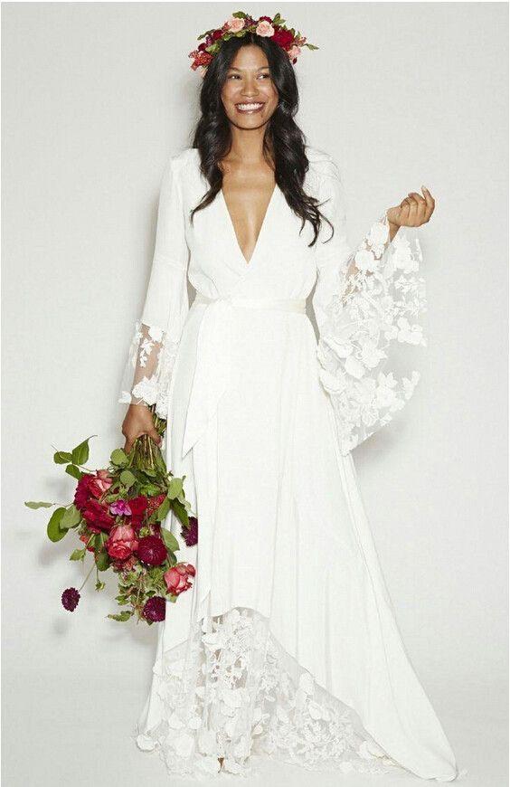 długa suknia w stylu boho z rozszerzanymi koronkowymi rękawami