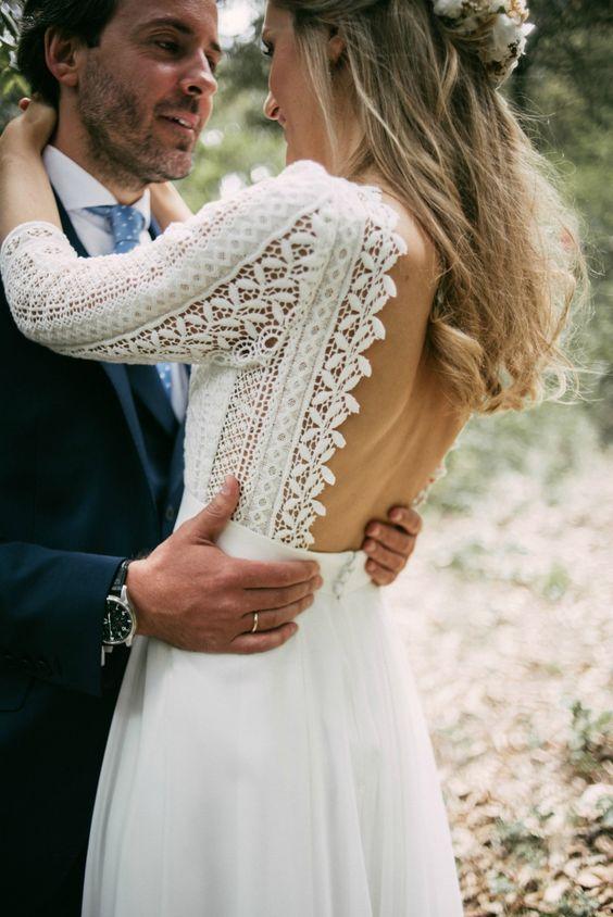 delikatna ślubna suknia w stylu boho z ażurowanym topem bez pleców