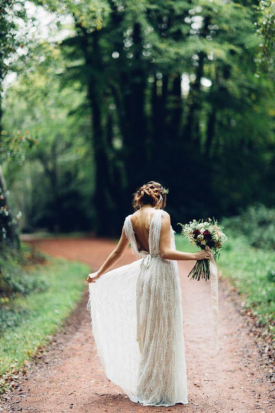 romantyczna suknia w stylu boho z odkrytymi plecami