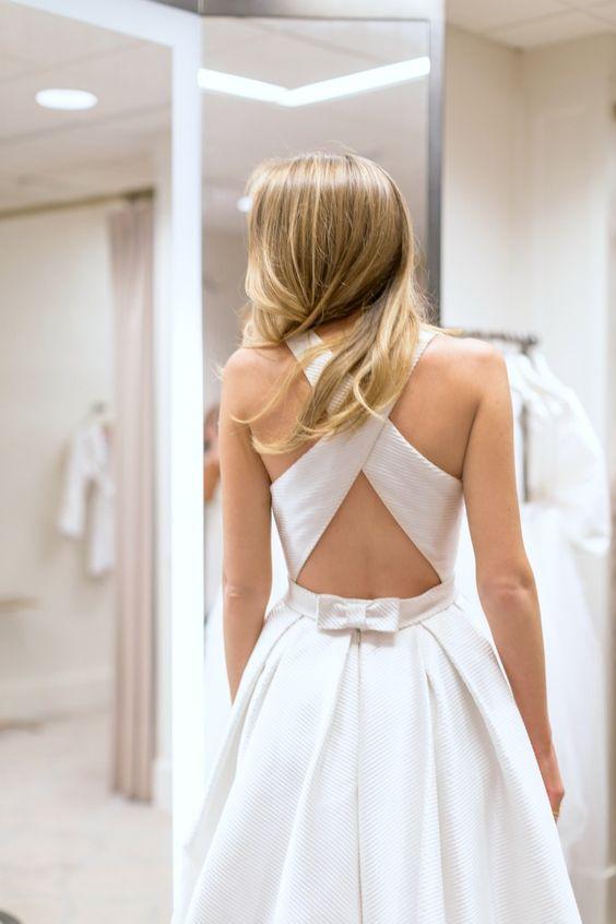 suknia ślubna z odkrytymi plecami przeciętymi na krzyś ramionami, talia zaakcentowana małą kokargą