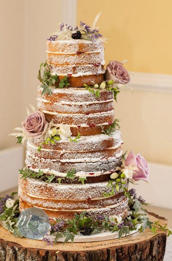 naked cake, wielopoziomowy tort bez polewy i dekoracji typowych dla tortów ślubnych, przybrany tylko kwiatami w stylu boho