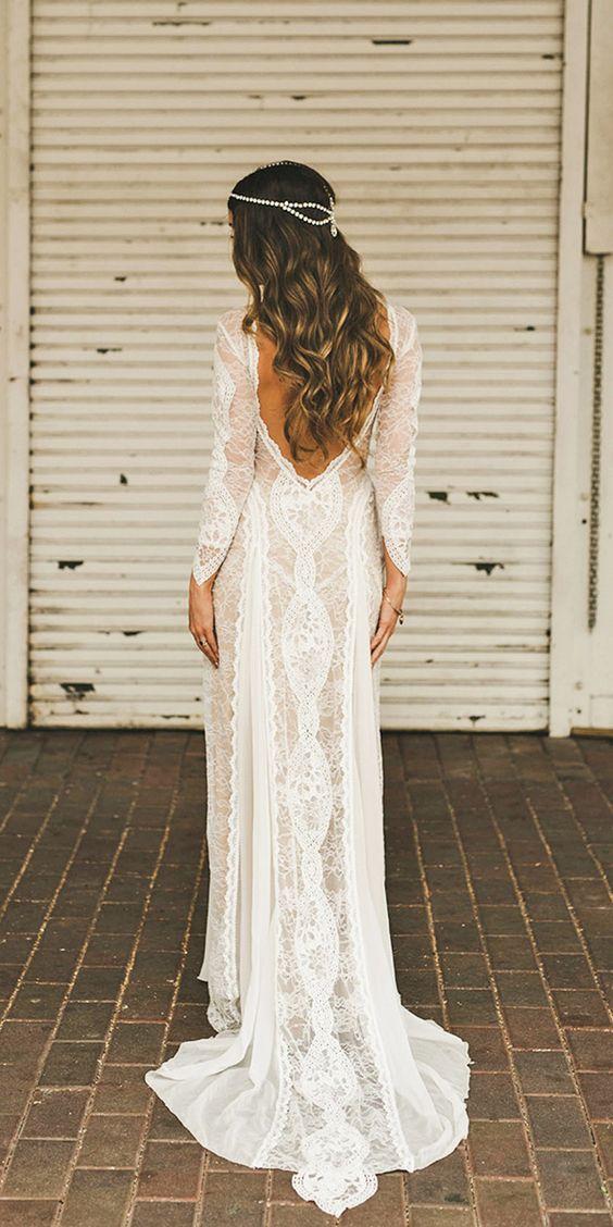 panna młoda w długiej koronkowej sukni ślubnej z wycięciem na plecach i długich rękawach