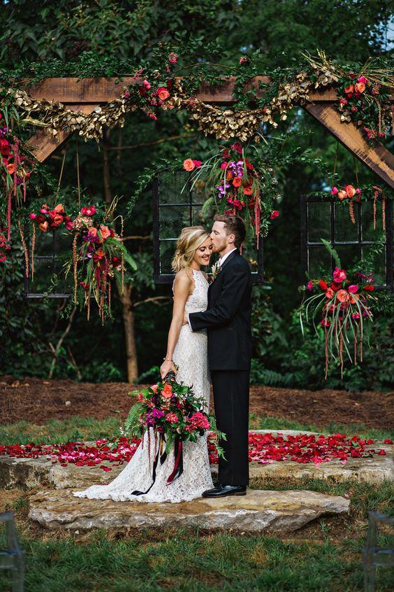 ślub w stylu boho na świeżym powietrzu, dekoracje połączenie drewna i kwiatów