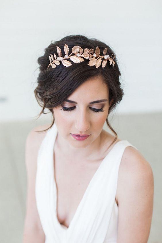 trendy ślubne - zamiast kwiatów towarzyszących stylowi boho panna młoda ma metaliczną opaskę z perłami we włosach