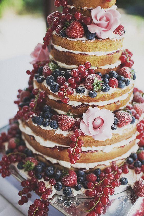 naked cake, wielopoziomowy tort bez polewy i masy plastycznej, z widocznymi warstwami przełożonymi kremem i owocami truskawki, porzeczki i borówki