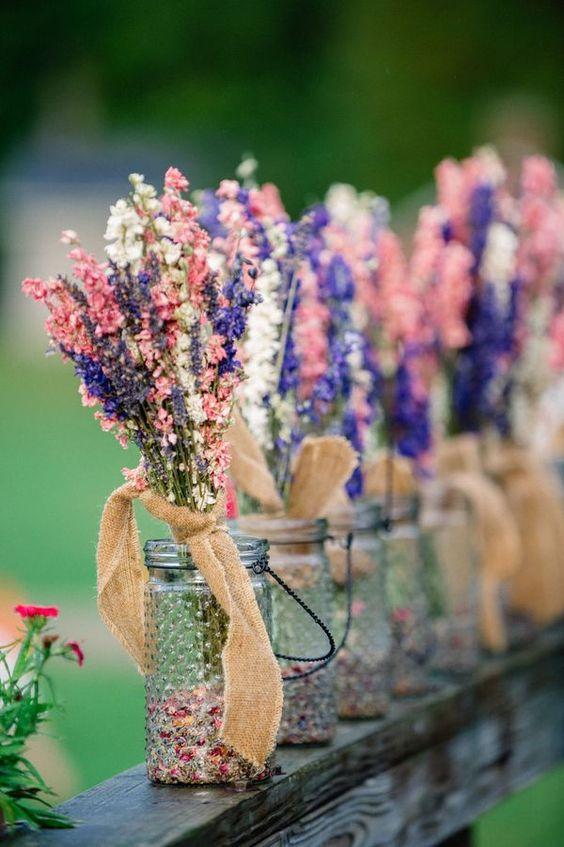 dekoracje weselne w stylu boho, słoiki zamiast wazonów