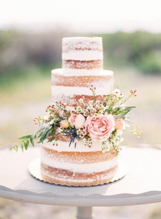 naked cake, tort bez polewy i typowych dla tortów ślubnych, udekorowany tylko kwiatami