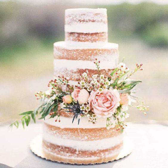 niało kawowy cztero poziomowy tort weselny w stylu boho przybrany kwiatami