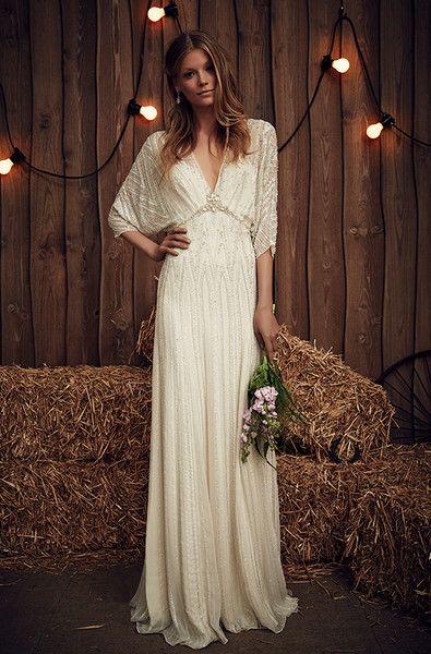 panna młoda w sukni ślubnej w stylu boho w stodole oświetlonej lampkami