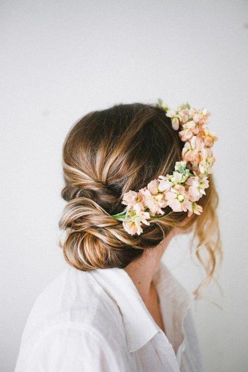 trendy ślubne - zdjęcie upięcia ślubnego udekorowanego polnymi kwiatami