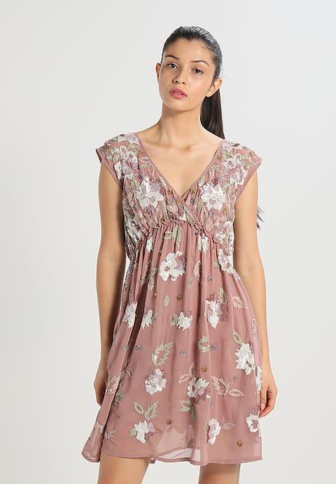 sukienka na wesele w stylu empirycznym w kolorze brudnego różu z wyhaftowanymi kwiatami