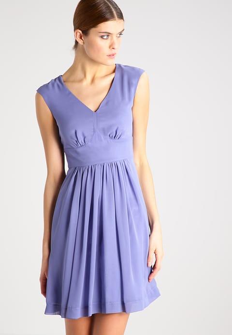 wrzosowa sukienka z modelująca górę modelki, tuszując zbyt duże biodra dołem z koła