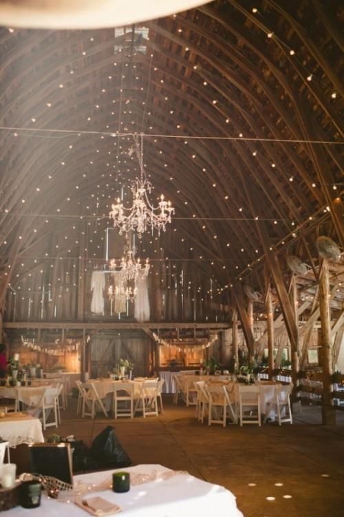 trendy ślubne, pięknie udekorowana stodoła na wesele w stylu boho, podwieszonym światełkami  - bright