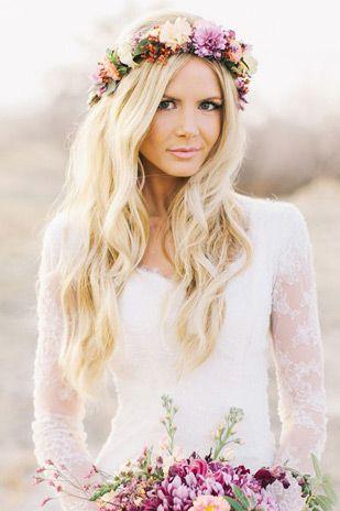 panna młoda odziana w trendy ślubne, koronkowa kreacja w stylu boho i kwiatowy wianek na głowie