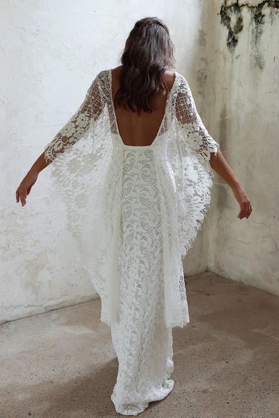 piękna koronlowa suknia ślubna z stylu boho, z odkrytymi plecami i rękawami jak sprzydła