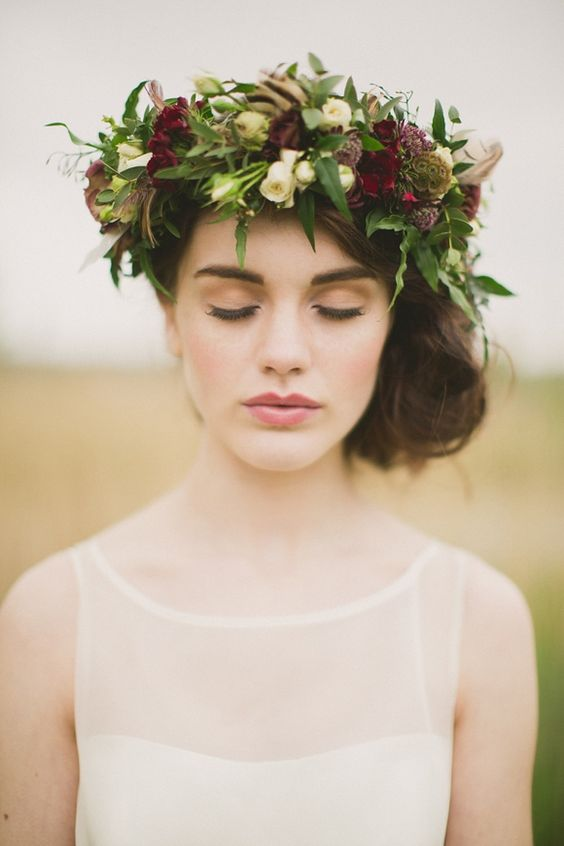 panna młoda w stylizacji wpasowanej w aktualne trendy - delikatna suknia ślubna w stylu boho, upięte włosy udekorowane kwiatowym wiankiem, naturalny makeup