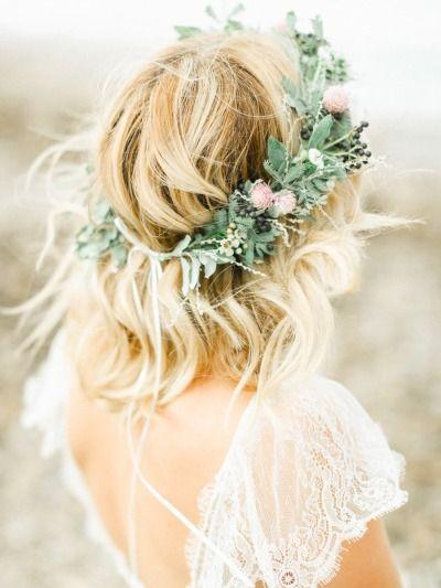 trendy ślubne - wianek z polnych kwiatów w tym z kwiatów koniczyny i koronkowa bez pleców suknia ślubna w stylu boho