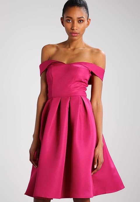koktajlowa sukienka na wesele w kolorze fuksji z opadającymi ramionami