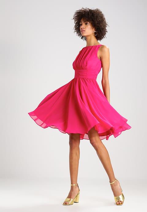 modelka w różowej zwiewnej krótkiej bez rękawków sukience na wesele