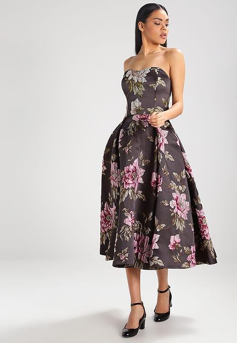 piękna siedem ósmych gorsetowa sukienka na wesele w kolorze bakłażana z printem z kwiatów peonii