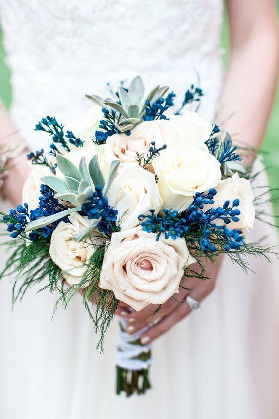 bukiet ślubny z elementami niebieskimi