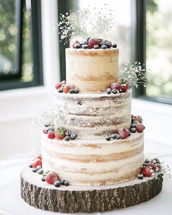 tort weselny z owocami