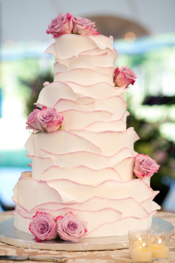 tort weselny z różami