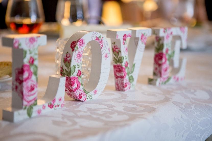 napis love na stół weselny